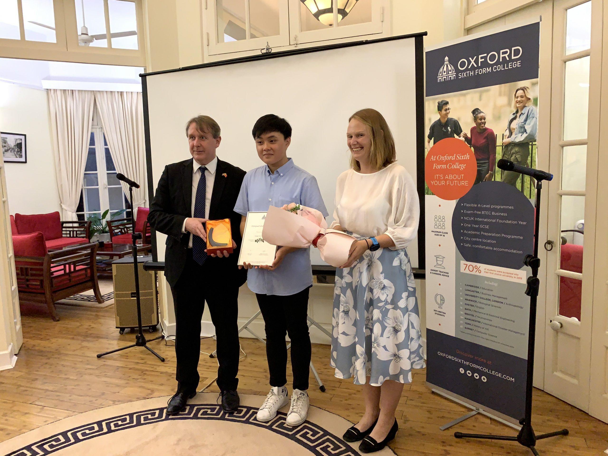 Phó đại sứ Anh trao tặng học bổng 100% học phí trường Oxford Sixth Form College cho học sinh Việt Nam